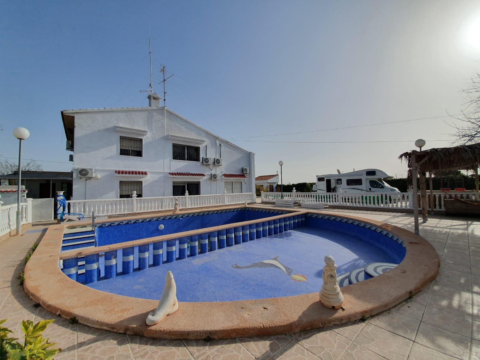 Chalet – 10 dormitorios – Torrellano